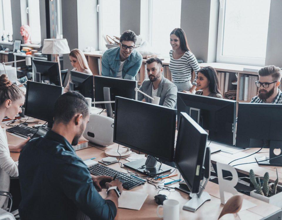 Image result for imagens de pessoas trabalhando em escritório em alta resolução