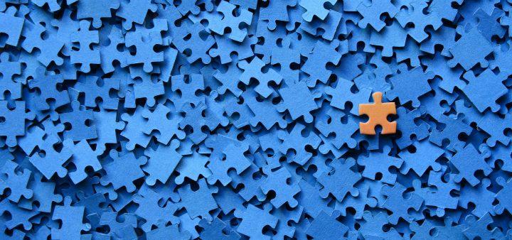 Pieza De Puzzle Sobre Fondo Azul